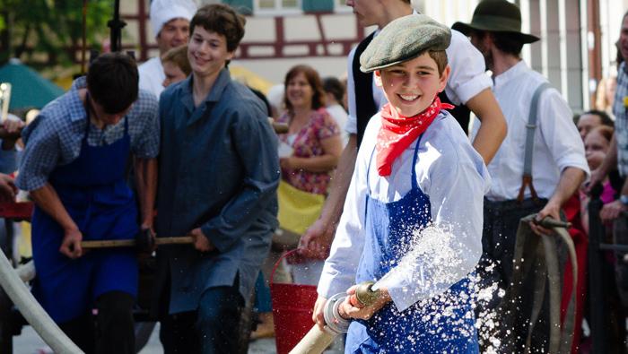 Junge mit Wasser