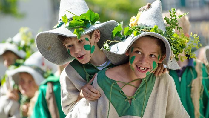 Kinder in Elfen Kostüm