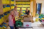 Ehrenamtliche Helfer des Kinderfestausschusses haben die Mitarbeiter der Stadtverwaltung unterstützt die riesige Menge an vorbestellten Kinderfesttüten zu verpacken.